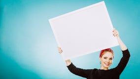 Muchacha con el tablero de la presentación en blanco Foto de archivo