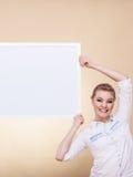 Muchacha con el tablero de la presentación en blanco Fotos de archivo