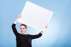Muchacha con el tablero de la presentación en blanco Imágenes de archivo libres de regalías