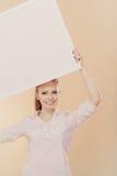 Muchacha con el tablero de la presentación en blanco Imagenes de archivo
