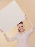 Muchacha con el tablero de la presentación en blanco Imagen de archivo