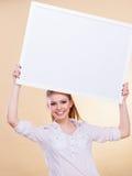 Muchacha con el tablero de la presentación en blanco Imagen de archivo libre de regalías