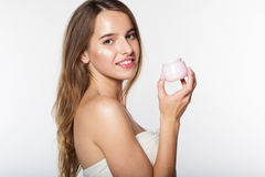 Muchacha con el tarro de hidratar la crema facial Fotos de archivo libres de regalías