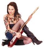 Muchacha con el tatuaje que toca la guitarra. Imagen de archivo