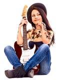 Muchacha con el tatuaje que toca la guitarra. Fotografía de archivo