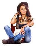 Muchacha con el tatuaje que toca la guitarra. Foto de archivo