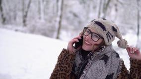 Muchacha con el teléfono metrajes