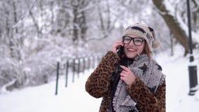 Muchacha con el teléfono almacen de video