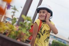 Muchacha con el teléfono fotografía de archivo libre de regalías