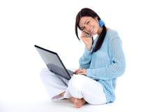 Muchacha con el teléfono celular y la computadora portátil Fotos de archivo