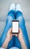 Muchacha con el teléfono a disposición Foto de archivo libre de regalías