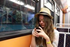 Muchacha con el teléfono en metro Fotografía de archivo libre de regalías