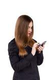 Muchacha con el teléfono móvil a disposición Estilo del asunto Fotos de archivo libres de regalías