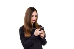 Muchacha con el teléfono móvil a disposición Estilo del asunto Imagen de archivo