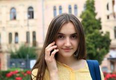 Muchacha con el teléfono móvil en la ciudad Imagen de archivo