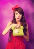 Muchacha con el teléfono verde Fotos de archivo libres de regalías