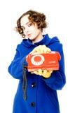 Muchacha con el teléfono viejo (foco en el teléfono) Imágenes de archivo libres de regalías