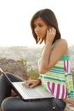 Muchacha con el teléfono y el cuaderno Fotos de archivo