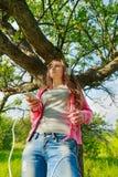 muchacha con el teléfono y los auriculares Imagen de archivo libre de regalías