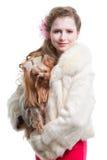 Muchacha con el terrier de yorkshire en blanco aislado Foto de archivo