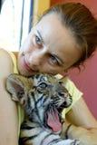 Muchacha con el tigre de bebé Fotos de archivo