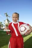 Muchacha con el trofeo y el balón de fútbol imagen de archivo