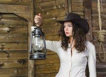 Muchacha con el vaquero de la lámpara Imagen de archivo