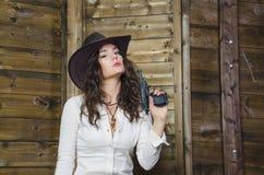 Muchacha con el vaquero del arma Foto de archivo