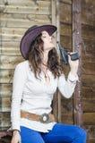 Muchacha con el vaquero del arma Imagenes de archivo