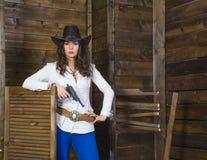 Muchacha con el vaquero del arma Fotografía de archivo