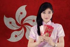 Muchacha con el vestido del cheongsam que sostiene el sobre Fotografía de archivo