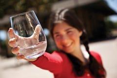 Muchacha con el vidrio de agua Fotos de archivo