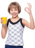 Muchacha con el vidrio de zumo de naranja Fotografía de archivo