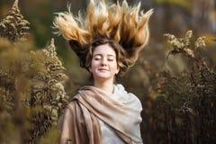 Muchacha con el viento en su pelo Fotos de archivo libres de regalías