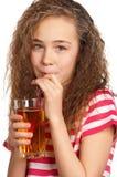 Muchacha con el zumo de manzana Fotos de archivo