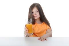Muchacha con el zumo de naranja en el vector Foto de archivo