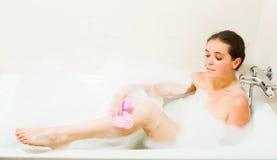 Muchacha con espuma en baño Fotografía de archivo