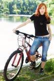 Muchacha con estilo al aire libre con su bicicleta Fotografía de archivo