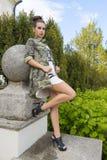Muchacha con estilo atractivo de la roca Foto de archivo