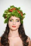 Muchacha con estilo de pelo de verduras Mujer joven feliz hermosa con las verduras en su cabeza Concepto sano de la comida, dieta Imagen de archivo