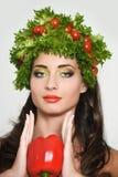 Muchacha con estilo de pelo de verduras Mujer joven feliz hermosa con las verduras en su cabeza Concepto sano de la comida, dieta Foto de archivo