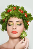Muchacha con estilo de pelo de verduras Mujer joven feliz hermosa con las verduras en su cabeza Concepto sano de la comida, dieta Foto de archivo libre de regalías
