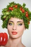 Muchacha con estilo de pelo de verduras Mujer joven feliz hermosa con las verduras en su cabeza Concepto sano de la comida, dieta Fotos de archivo
