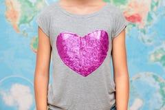 Muchacha con forma del corazón en la camiseta Imágenes de archivo libres de regalías