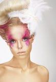 Muchacha con Fuzzy Feathers y Art Makeup fantástico Imágenes de archivo libres de regalías