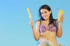 Muchacha con helado y zumo de naranja Fotografía de archivo libre de regalías