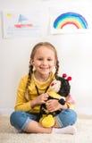 Muchacha con la abeja del juguete Foto de archivo
