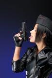 Muchacha con la arma de mano imagenes de archivo