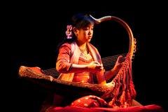 Muchacha con la arpa, Myanmar Imágenes de archivo libres de regalías