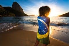 Muchacha con la bandera brasileña en ella detrás imagen de archivo libre de regalías